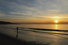 Jogger na brzeg przy zmierzchem w Redondo plaży, Los Angeles, Kalifornia Fotografia Stock