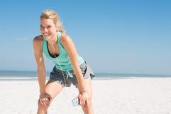 Jogger odpoczywa przy plażą zdjęcie royalty free