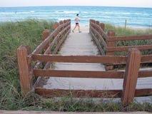 Jogger op het strand Stock Foto's