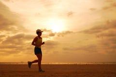 Jogger på soluppgång fotografering för bildbyråer