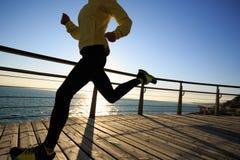 Jogger ranku ćwiczenie na nadmorski boardwalk zdjęcie stock