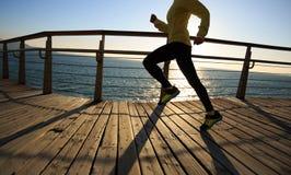 Jogger ranku ćwiczenie na nadmorski boardwalk obrazy royalty free