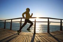 Jogger ranku ćwiczenie na nadmorski boardwalk zdjęcie royalty free