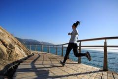 Jogger ranku ćwiczenie na nadmorski boardwalk podczas wschodu słońca obrazy royalty free