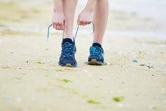 Joggeren som binder rinnande skor för sporten, snör åt Kondition och sunt livsstilbegrepp arkivfoton