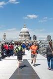 Joggers στη γέφυρα χιλιετίας του Λονδίνου Στοκ εικόνα με δικαίωμα ελεύθερης χρήσης