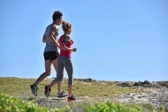 Joggers biega w pięknym krajobrazie obrazy stock