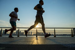 Joggers die bij de Stad van Zonsondergangnew york lopen Royalty-vrije Stock Afbeeldingen