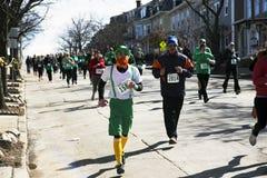 Joggers lopp för södra Boston, St Patrick dagväg, södra Boston, Massachusetts, USA Arkivbilder