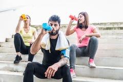 Joggers ma spoczynkowego i pić Fotografia Stock