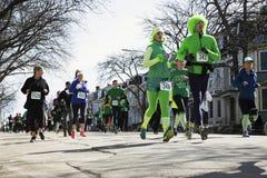 Joggers, Południowy Boston, St Patrick dnia rajd samochodowy, Południowy Boston, Massachusetts, usa Zdjęcia Stock