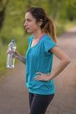Joggervrouw tijdens onderbreking met een fles water Royalty-vrije Stock Foto