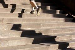 Jogging επάνω τα σκαλοπάτια με τις μακριές σκιές Στοκ φωτογραφία με δικαίωμα ελεύθερης χρήσης