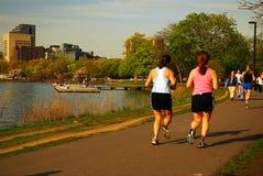 Jogging κατά μήκος του ποταμού στοκ εικόνα