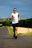 Jogging μέσω των πεδίων στοκ φωτογραφία με δικαίωμα ελεύθερης χρήσης