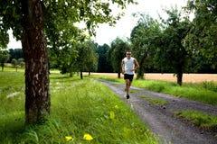 Jogging μέσω των πεδίων στοκ εικόνα με δικαίωμα ελεύθερης χρήσης