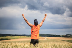 Jogging μέσω των πεδίων στοκ φωτογραφίες με δικαίωμα ελεύθερης χρήσης