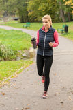Jogging με το μπουκάλι νερό Στοκ εικόνες με δικαίωμα ελεύθερης χρήσης