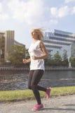 jogging νεολαίες γυναικών πόλ&epsil Στοκ Εικόνες