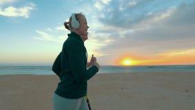 Jogging στην παραλία στο ηλιοβασίλεμα απόθεμα βίντεο
