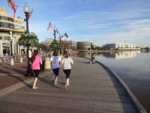 Jogging στην προκυμαία στοκ εικόνα