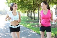 jogging όμορφες αδελφές πάρκων Στοκ φωτογραφία με δικαίωμα ελεύθερης χρήσης