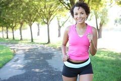 jogging όμορφη γυναίκα πάρκων Στοκ φωτογραφία με δικαίωμα ελεύθερης χρήσης