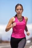 Jogging бегуна женщины подходящего спортсмена идущий внешний Стоковое фото RF