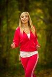 Jogging белокурой молодой женщины девушки бежать в падении Forest Park осени Стоковое Фото