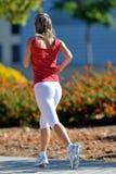 jogging детеныши женщины парка Стоковые Изображения