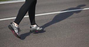 Jogging женщина на следе Стоковые Изображения