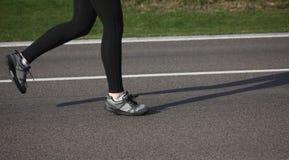 Jogging женщина на следе Стоковое Фото