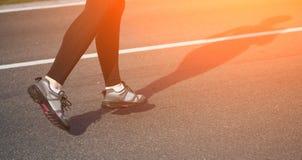 Jogging женщина на следе Стоковые Изображения RF