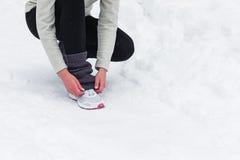 Jogging женщины бежать в лесе зимы Стоковая Фотография