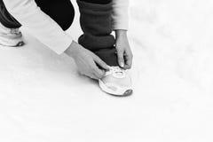 Jogging женщины бежать в лесе зимы Стоковые Изображения