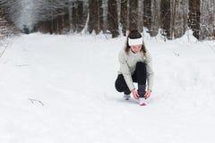 Jogging женщины бежать в лесе зимы Стоковое Изображение RF