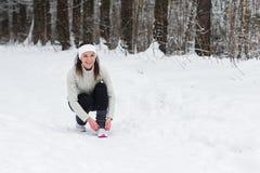 Jogging женщины бежать в лесе зимы Стоковые Фотографии RF