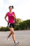 Jogging кавказской женщины практикуя в парке Стоковое фото RF