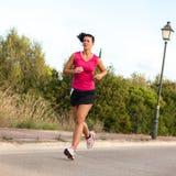 Jogging кавказской женщины практикуя в парке Стоковые Фото
