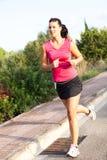 Jogging кавказской женщины практикуя в парке стоковая фотография rf
