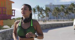 Jogging молодой женщины пригонки видеоматериал