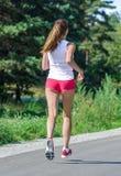 Jogging молодой женщины Стоковые Фотографии RF