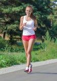 Jogging молодой женщины Стоковое Фото