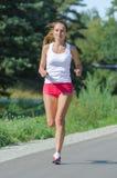 Jogging молодой женщины Стоковая Фотография