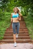 Jogging молодой женщины Стоковая Фотография RF