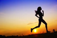 Jogging на заходе солнца   Стоковое фото RF