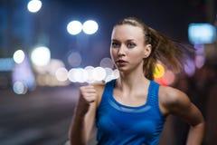 Jogging на ноче стоковые изображения