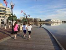 Jogging на портовом районе стоковое изображение