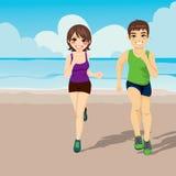 Jogging пары бежать на пляже Стоковое фото RF
