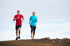 Jogging пар спорта фитнеса бежать снаружи на следе Стоковое Фото